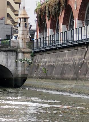 万世橋の街路灯とレンガの高架橋
