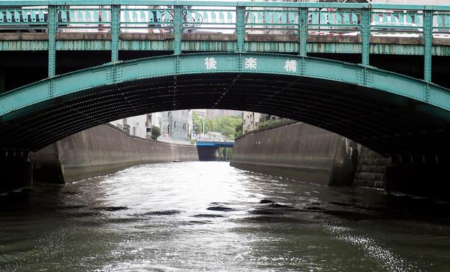 行楽橋は神田川と日本橋川の分岐点あたりに架かっている
