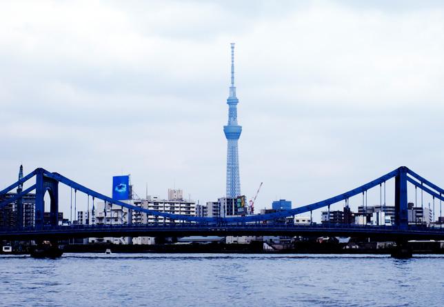 東京スカイツリーと、アサヒビールの金色のオブジェと吾妻橋